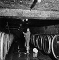 Aansluiten van een pomp en slang aan een wijnvat in de kelder van Richard Scheid, Bestanddeelnr 254-4229.jpg