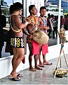 Aborignes de la cultura Guna Yala tocando su música en el puerto de Colón..jpg