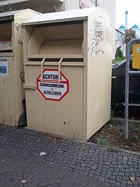 """Altkleider-Container, ohne Betreiberkennzeichnung, Schild: """"Achtung Schuhsammlung Altkleider"""", Farbe: Gelb"""