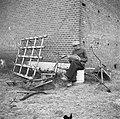 Annexatie Boer leest krant bij een hoek van zijn boerderij, omgeven door landbo, Bestanddeelnr 900-6310.jpg