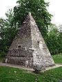 Arrière de la pyramide du parc Monceau.JPG