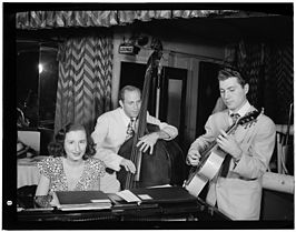 Barbara Carroll met bassist Clyde Lomardi en gitarist Chuck Wayne, ca. september 1947 (foto: William P. Gottlieb)