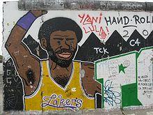 Un graffiti représentant un basketteur sur le mur de Berlin.