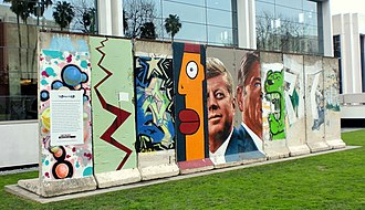 5900 Wilshire - Image: Berlin Wall reproduction 5900 Wilshire Los Angeles 1