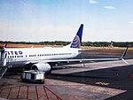 Boeing 737-800 of United on gate 10 at Monsenor Oscar Arnulfo Romero International Airport.jpg