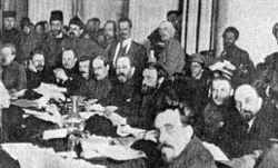 Meeting du parti bolchevique (Lénine est à droite sur la photographie)