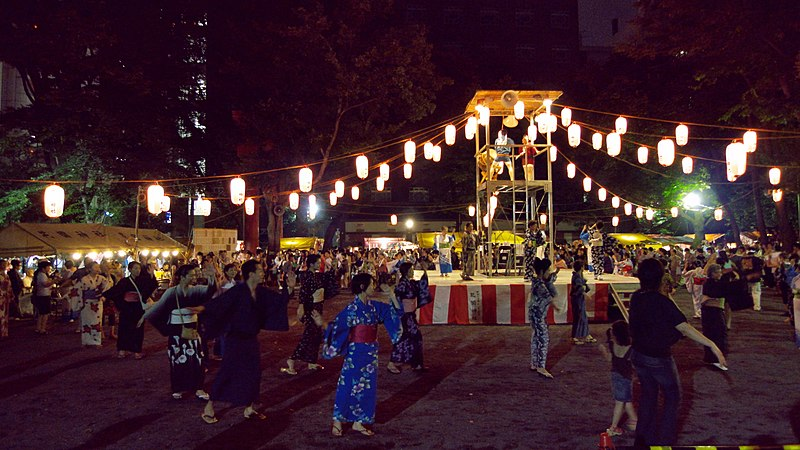 File:Bon odori at Hanazono Shrine.jpg Bon Odori: Scene from dance festival at the Hanazono Shrine, Shinjuku, Tokyo. Yukata-clad people dance in circles around the yagura as the music plays.
