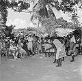 Boslandcreolen in Kadjoe dansen voor het koninklijk paar, Bestanddeelnr 252-4354.jpg