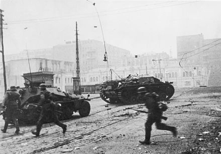 Germans battle Soviet defenders on the streets of Kharkov, 25 October 1941 Bundesarchiv Bild 183-L20582, Charkow, Strassenkampfe.jpg