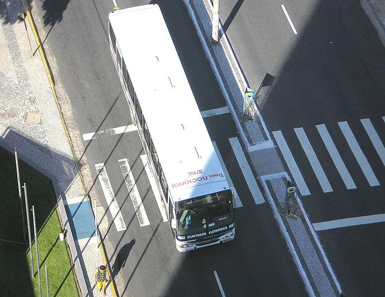 Ficheiro:Bus changing lane Joao Pessoa.jpg