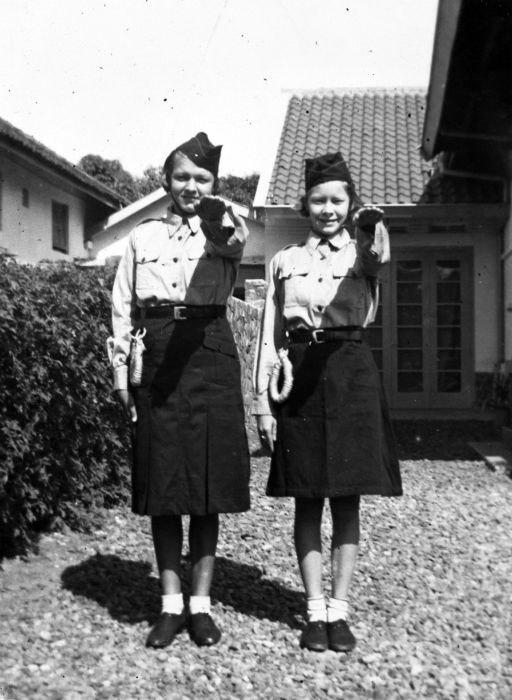 COLLECTIE TROPENMUSEUM Meisjes van de Nationale Jeugdstorm brengen de groet TMnr 60029589