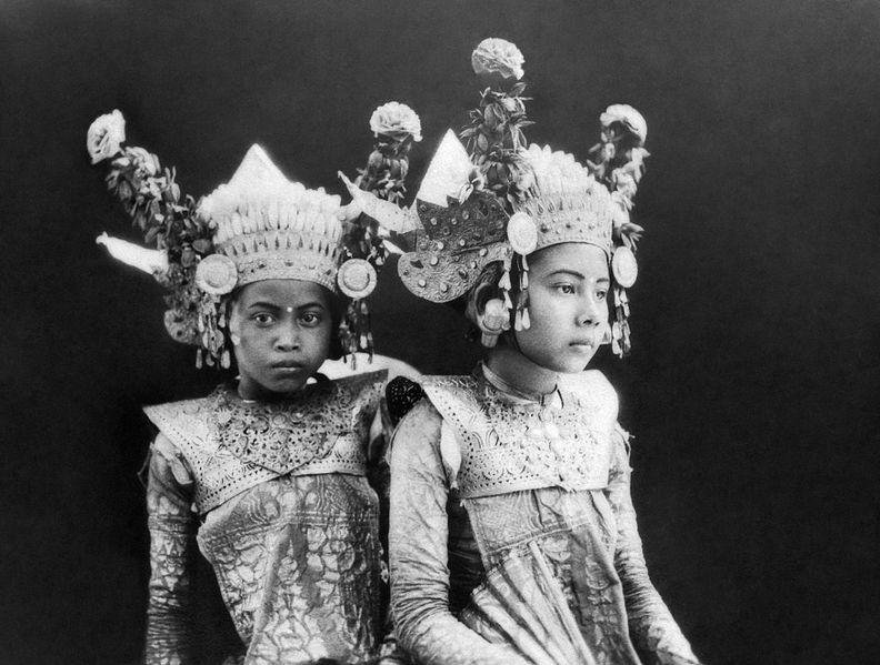 File:COLLECTIE TROPENMUSEUM Portert van twee jonge Balinese danseressen TMnr 10004678b.jpg