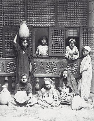 Hippolyte Arnoux - Image: COLLECTIE TROPENMUSEUM Studioportret van Egyptische vrouwen en kinderen T Mnr 60039412