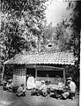 COLLECTIE TROPENMUSEUM Verkopers bij een kapperszaak in het regentschap Soemedang TMnr 60012770.jpg