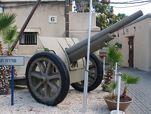 Canon de 105 mle 1913 Schneider - Canon de 105 mle 1913 with rubber tires, in Batey ha-Osef Museum, Tel Aviv, Israel.