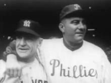 portrét záběr dvou mužů v baseballu uniformy, jeden s paží kolem druhé
