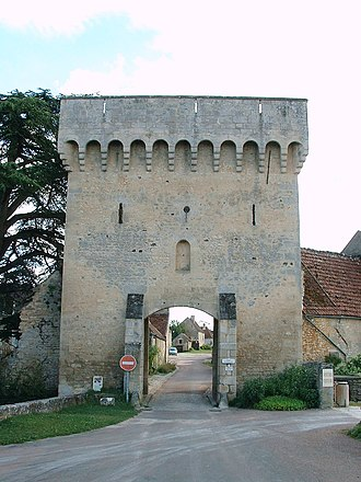 Château de Druyes - The postern (entry arch) to the town