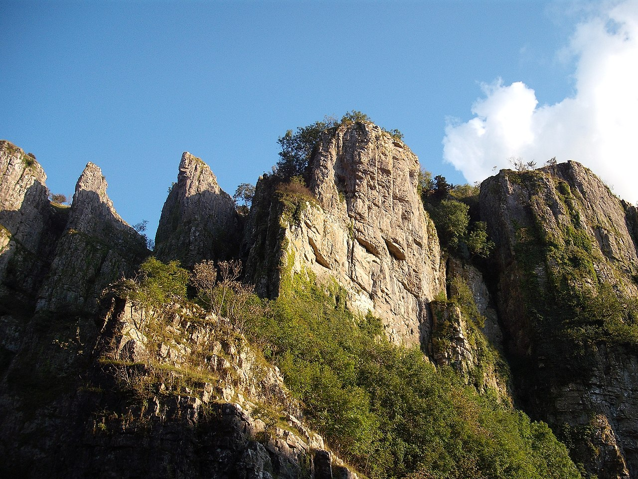 picture of cheddar gorge in somerset