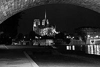 Chevet de la Cathédrale Notre Dame, de nuit.jpg