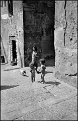 Children in the streets of Naples, 1948.jpg