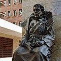 Close-up van voorzijde standbeeld koningin Wilhelmina op binnenplaats gerechtsgebouw - Rotterdam - 20364205 - RCE.jpg