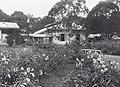 Collectie NMvWereldculturen, TM-60041725, Foto- 'Bloementuin aan de achterzijde van het Parkhotel Fort de Kock aan de westkust van Sumatra', fotograaf onbekend, 1900-1940.jpg