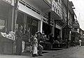 Collectie NMvWereldculturen, TM-60042230, Foto- Winkelen in een Chinese wijk in een stad, Java, 1940-1950.jpg