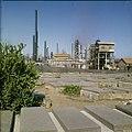 Collectie Nationaal Museum van Wereldculturen TM-20029792 De oude Joodse begraafplaats Beth Haim, op de achtergrond de raffinaderijen van Shell Curacao Boy Lawson (Fotograaf).jpg