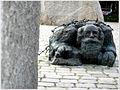 """Das """"Tor der Gewalt"""" mit der Bronzeskulptur des knienden Juden 006 (4462329691).jpg"""