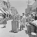 Een straat in Jaffa met winkels, straathandelaar met een karretje en winkelend p, Bestanddeelnr 255-1305.jpg