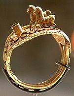 La bague aux chevaux : bague en or au nom de Ramsès II représentant ses deux chevaux qui le menaient à la bataille et le sauvèrent - Musée du Louvre