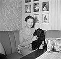 Ella Hedtoft zittend op de bank met een hond, Bestanddeelnr 252-8976.jpg