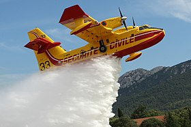 Canadair CL-415 « Pélican 33 » de la Sécurité civile de France, en phase de largage.