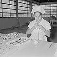 Fabriek voor schoonheidsproducten Helena Rubinstein in Nazareth Medewerkster be, Bestanddeelnr 255-4424.jpg