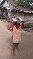 Femme rentrant de la pêche à NBAGA-BAKOKO.jpg