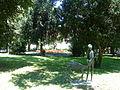 Figura dečaka sa lanetom u parku.JPG