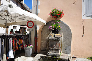 Allos - Allos Fountain and market day