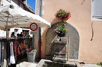 Allos - Allos Fountain and market day