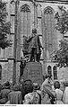 Fotothek df roe-neg 0002815 001 Junger Mann auf dem Bach-Denkmal einen Ehrenkranz niederlegend.jpg