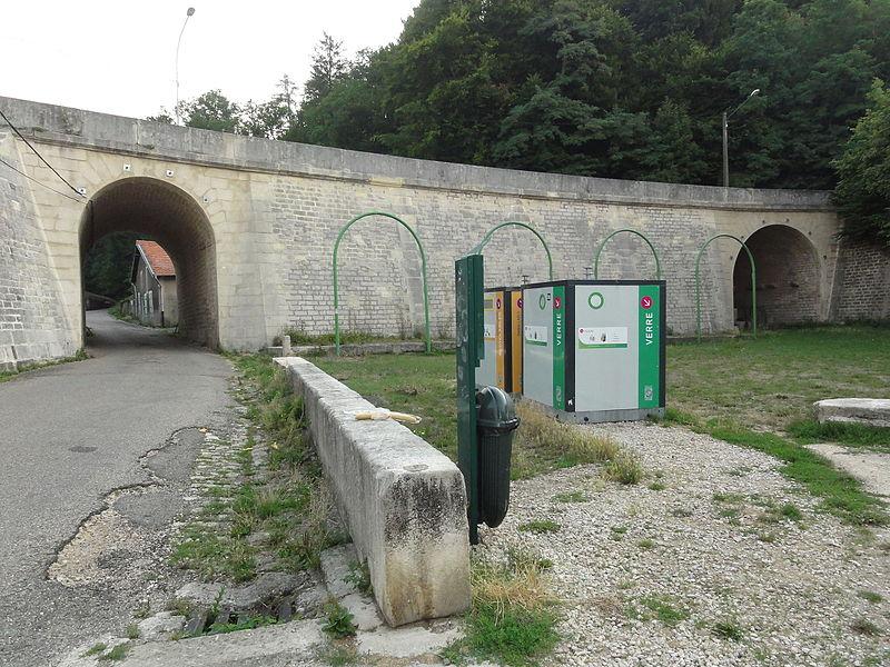 Foug (Meuse) viaduc avec à droite lavoir sous viaduc