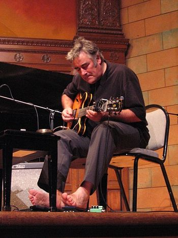 English: Fred Frith performing at Mills Colleg...