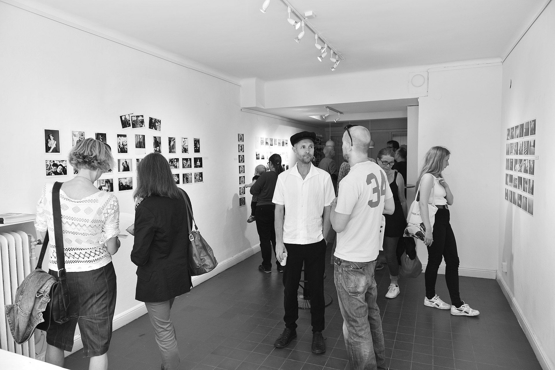 https://upload.wikimedia.org/wikipedia/commons/thumb/a/a8/Galleri_Korn_Vernissage_May_2013.jpg/1920px-Galleri_Korn_Vernissage_May_2013.jpg