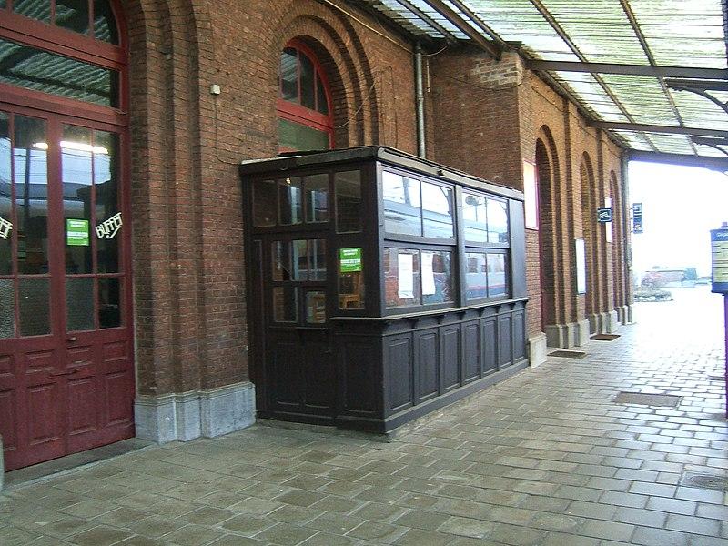 Gare de Quévy, en Belgique, l'entrée fermée de l'ancien buffet.