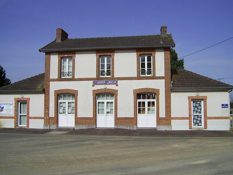 Gare de Saint-Sauveur-Lendelin sur la ligne de chemin de fer de Cherbourg à Coutances.