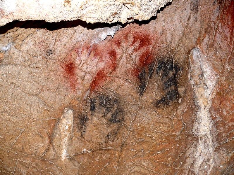 Grotte de Gargas (Aventignan) - Grande Paroi - Panneau 6- Mains noires et rouges doigts incomplets sauf pouce - Paléolithique supérieur - Gravettien