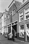 foto van Pakhuis met afgeknotte topgevel, rechte kroonlijst