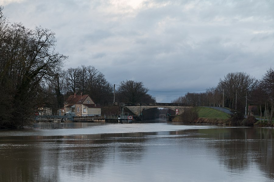 Canal race of Gurgy. The river Yonne flows left.