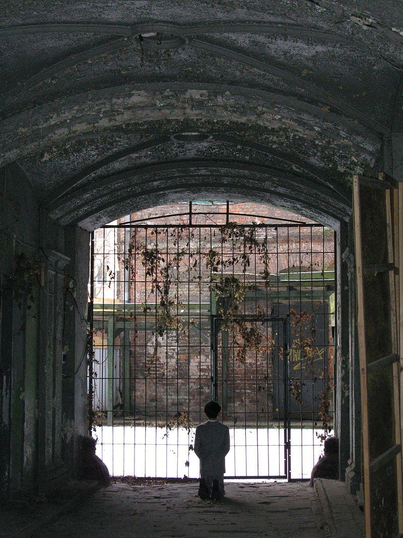https://upload.wikimedia.org/wikipedia/commons/thumb/a/a8/HIM_byMaurizio_Cattelan_in_Warsaw_Ghetto_2013.JPG/800px-HIM_byMaurizio_Cattelan_in_Warsaw_Ghetto_2013.JPG