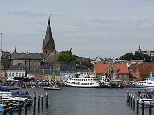 Blick über den Flensburger Hafen. Im Hintergru...