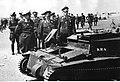 Hermann Goring ogląda zniszczony czołg angielski (2-274).jpg